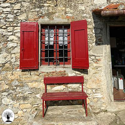 Panchina e finestra di Casa Bastone in Calvana